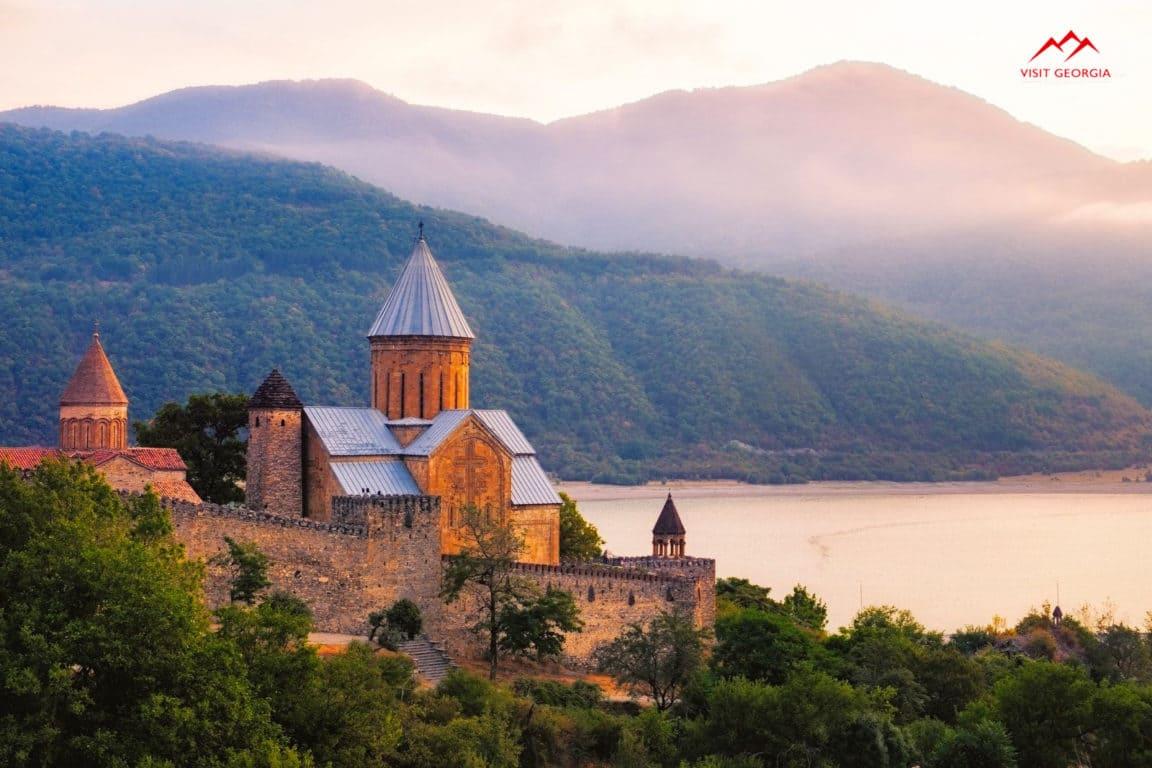 Главная - Фото The-Secrets-of-Ananuri-Castle